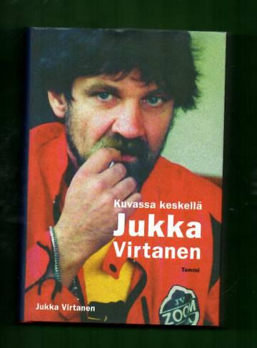 Kuvassa keskellä Jukka Virtanen