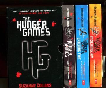 The Hunger Games Trilogy + säilytyskotelo
